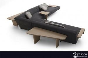 Divano angolare Sydney con tavolini integrati nella struttura e cuscini d'arredamento